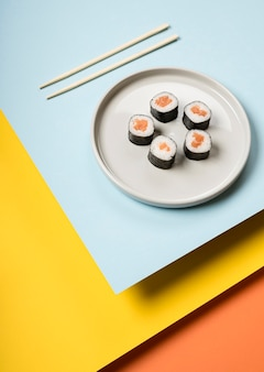Plato de sushi japonés alta vista