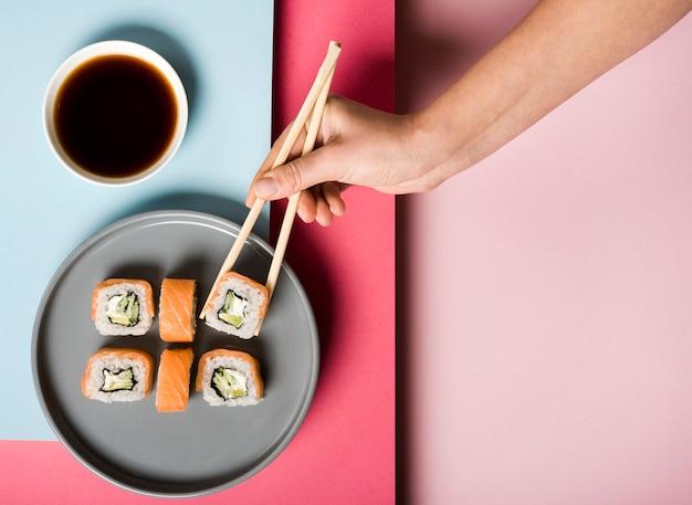 Plato de sushi plano y salsa de soja
