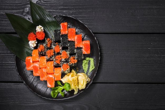 Plato de sushi en restaurante asiático