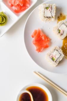 Plato de sushi con salsa y wasabi