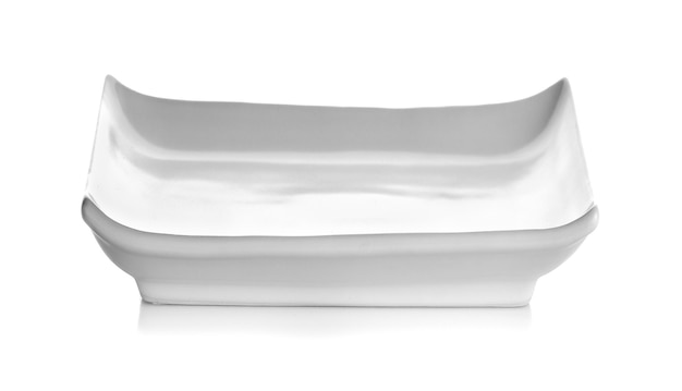 Plato de sushi sobre fondo blanco.