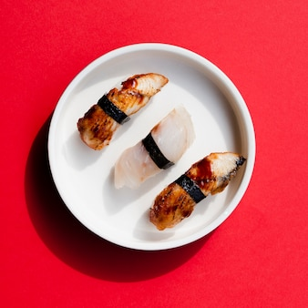 Plato de sushi sobre un fondo rojo.