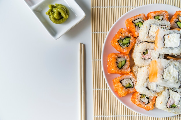 Plato de sushi vista superior con wasabi