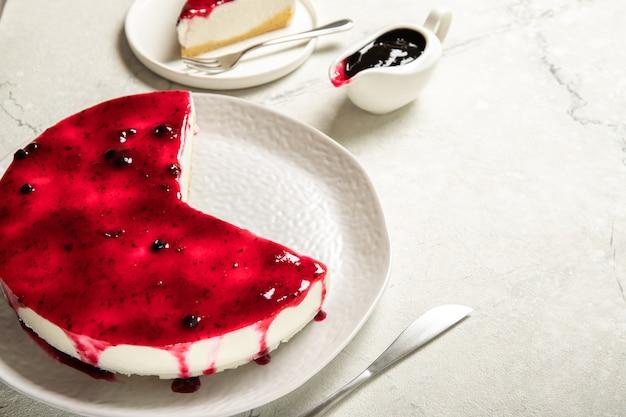 Plato con tarta de queso mermelada casera