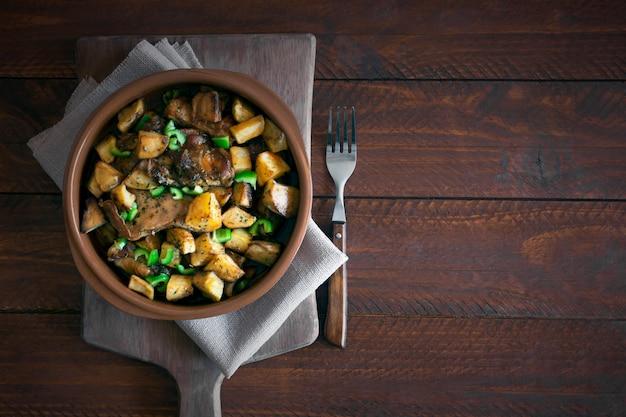 Plato tártaro asiático tradicional. papas guisadas con cordero y verduras