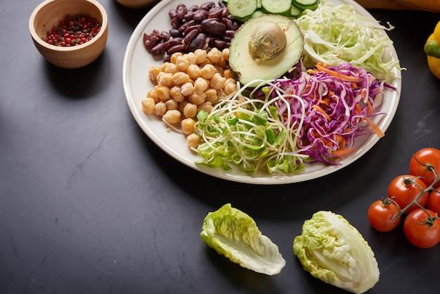 Plato de tazón de fuente de buda con verduras y legumbres. vista superior.