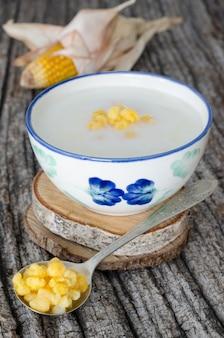 Plato típico colombiano elaborado con mazamorra de maíz y leche.