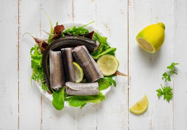 Plato típico de pescado crudo napolitano de la época navideña. capitone, anguila, bacalao y almejas