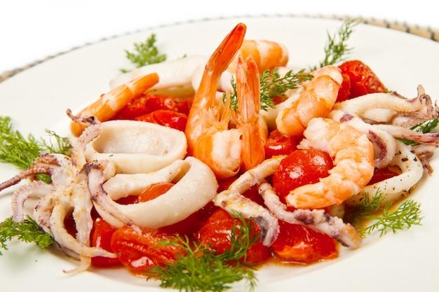 Plato con tomate y calamares