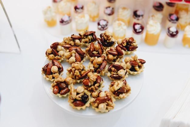 Un plato de tortas de nueces mientras que el primer plano de la mesa