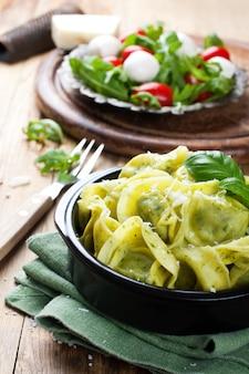 Plato de tortellini italiano sabroso