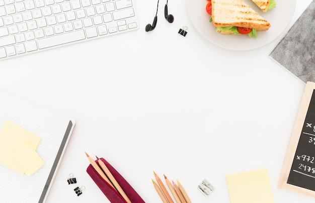 Plato con tostadas para el desayuno de oficina en el escritorio