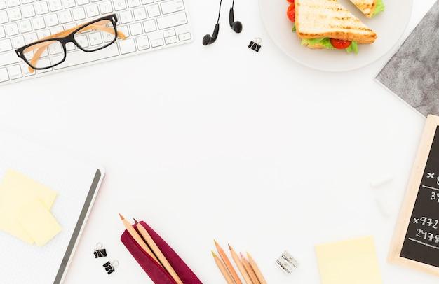 Plato con tostadas para el desayuno de oficina