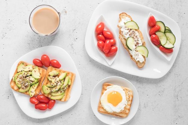 Plato con tostadas y verduras y café.