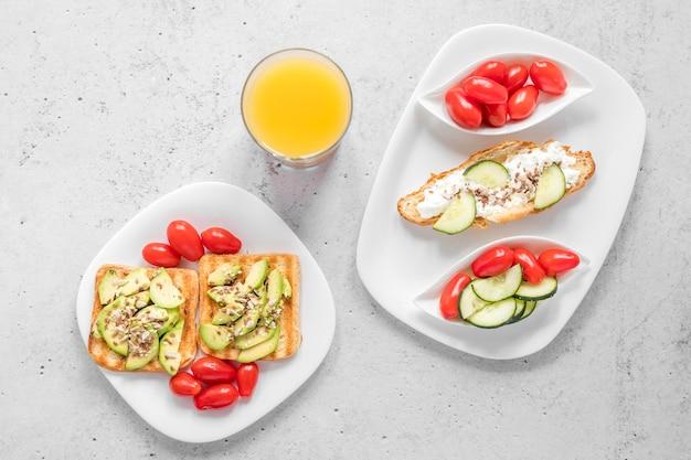 Plato con tostadas y verduras y jugo