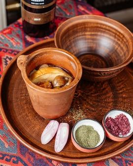 Plato tradicional azerbaiyano piti cocinado en cazuela de barro