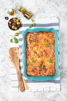 Plato tradicional italiano lasaña con salsa de tomate, ternera y parmesano