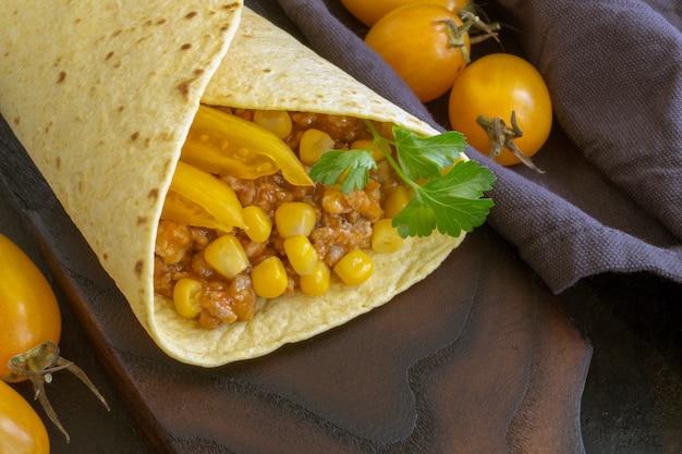 Plato tradicional mexicano, burrito con carne picada