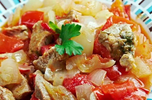 Plato turco con verduras y carne.