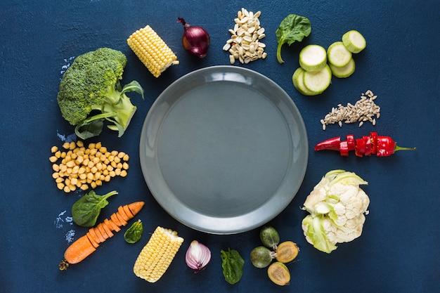 Plato vacío con comida vegetariana.