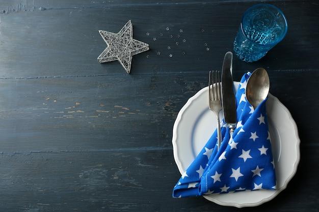 Plato vacío, cubiertos, servilleta y vidrio sobre mesa de madera rústica. concepto de ajuste de la mesa de navidad