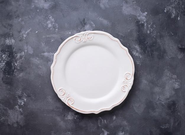 Plato vacío en mesa de hormigón
