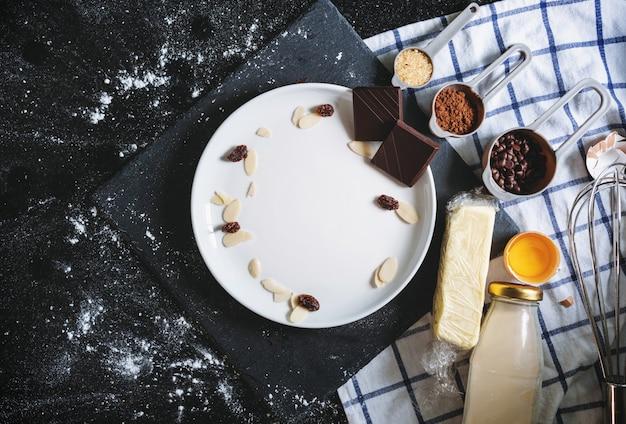 Plato vacío con panadería e ingredientes dulces