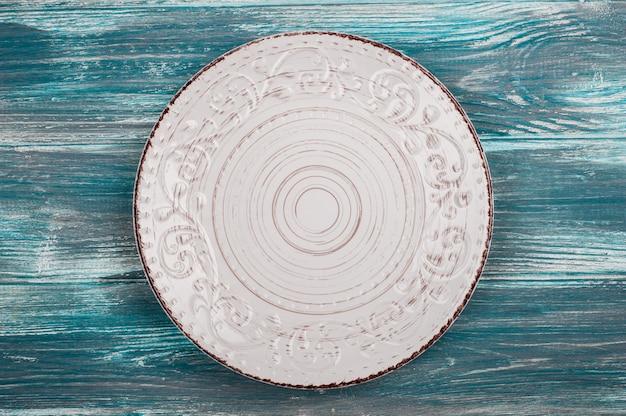Plato vacío sobre mesa de madera