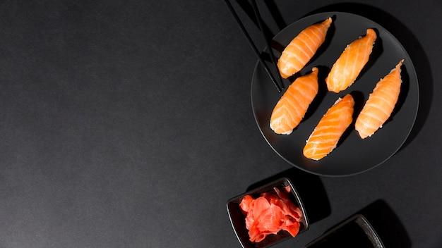 Plato con variedad fresca de sushi con espacio de copia