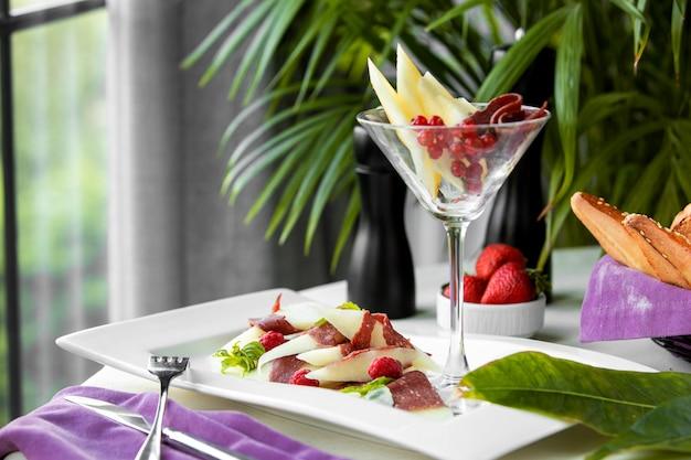 Un plato y vaso con comida mixta