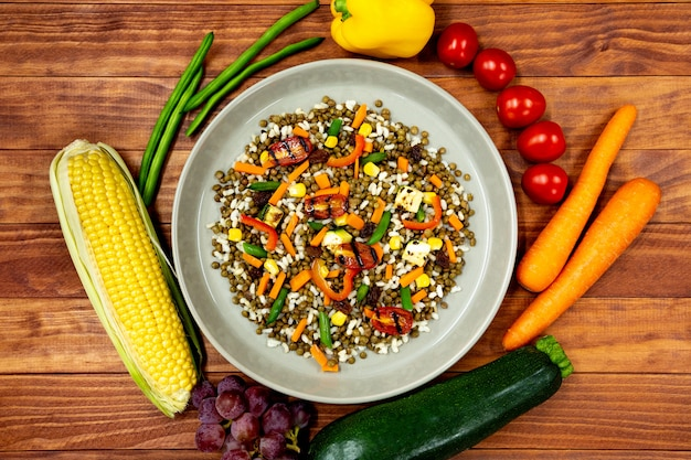 Plato vegano con muchas verduras frescas