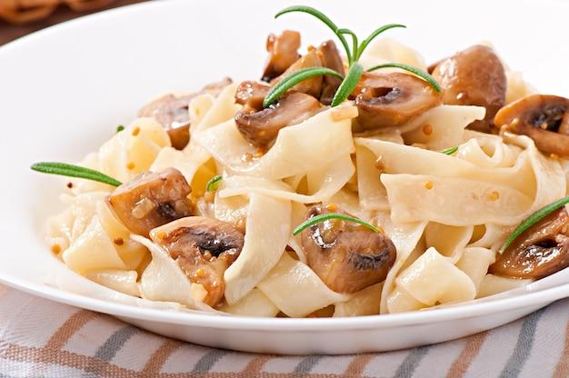 Plato vegetariano con tagliatelle y champiñones
