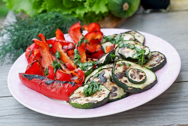 Plato de verduras a la parrilla (calabacín, pimiento, cebolla roja)