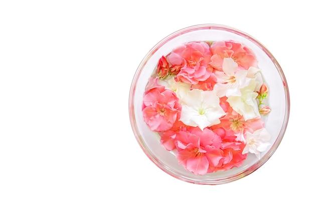 Plato de vidrio con agua y flores, tratamiento de manicura de spa, vista superior, tazón de aroma de spa para manos