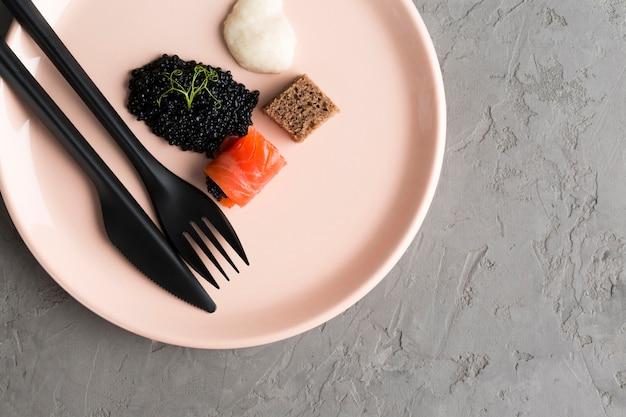 Plato de vista superior con caviar
