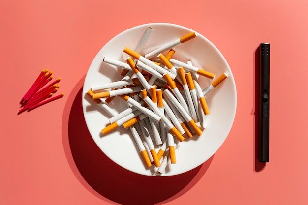 Plato de vista superior con cigarrillos