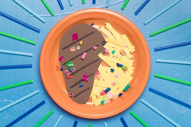 Plato de vista superior con comida y plástico