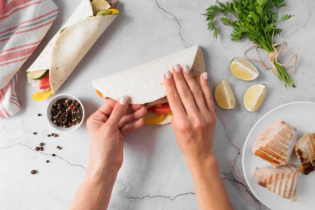Plato de vista superior con deliciosos rollitos de kebab