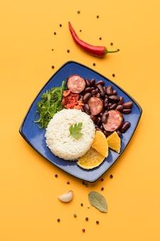 Plato de vista superior con frijoles y arroz