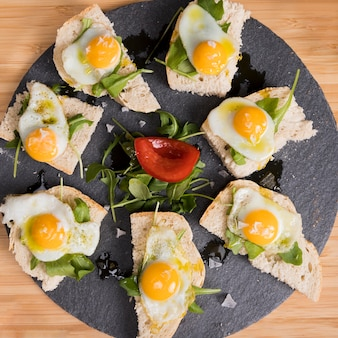 Plato de vista superior con huevos fritos