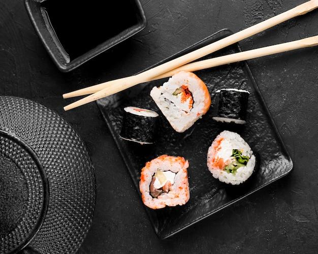Plato de vista superior con variedad fresca de sushi