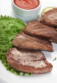 Platos de carne asada con verduras y especias