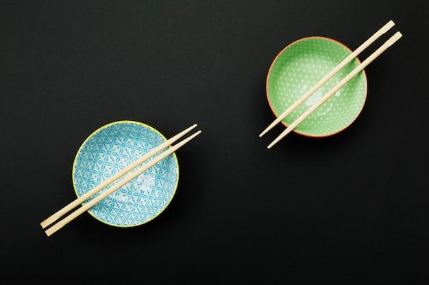 Platos para comida asiática en negro. vista superior. comida