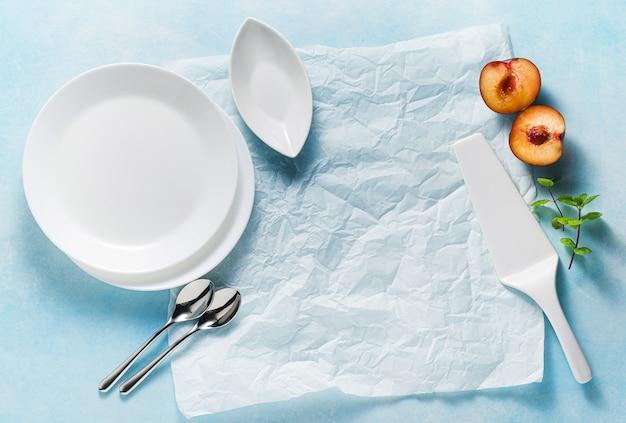 Platos y cubiertos vacíos como alimento en azul
