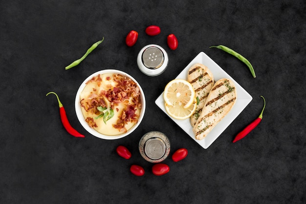Platos deliciosos con verduras y especias.