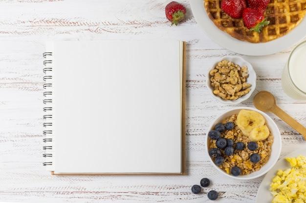 Platos desayuno junto a cuaderno