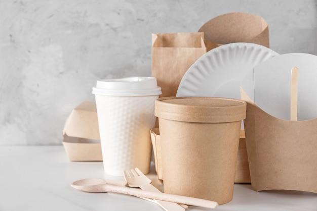 Platos desechables ecológicos de madera y papel de bambú. concepto de reciclaje