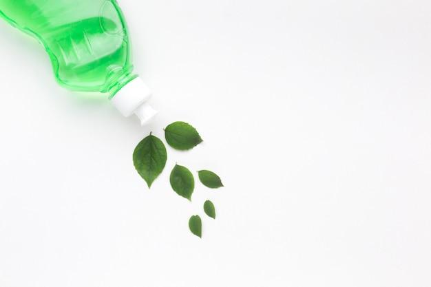 Platos detergentes con hojas