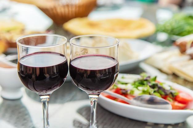 Platos georgianos en la mesa