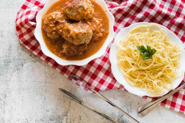 Platos de pasta y albóndigas deliciosos